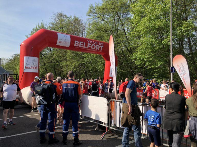 Un binôme positionné au départ de la course